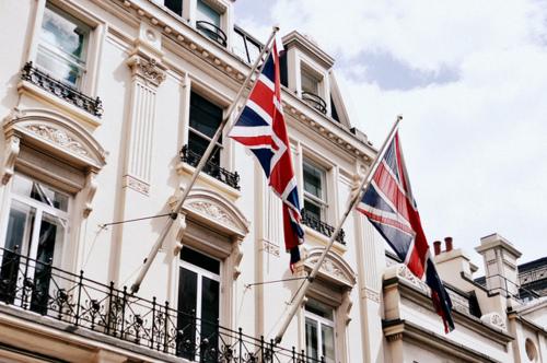 Khi nào cần liên hệ với Đại Sứ Quán Anh?