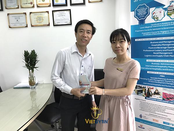 Anh Việt - Con trai cô Phước có mặt tại văn phòng Việt Uy Tín nhận Visa du lịch Mỹ