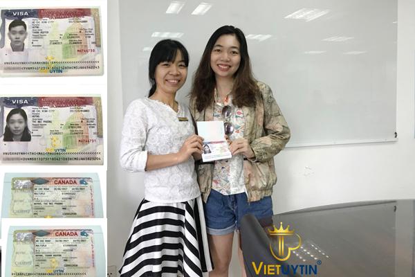 Chị Mai Phương (bên phải) vui mừng nhận Visa du lịch Mỹ và Canada từ chuyên viên của Việt Uy Tín