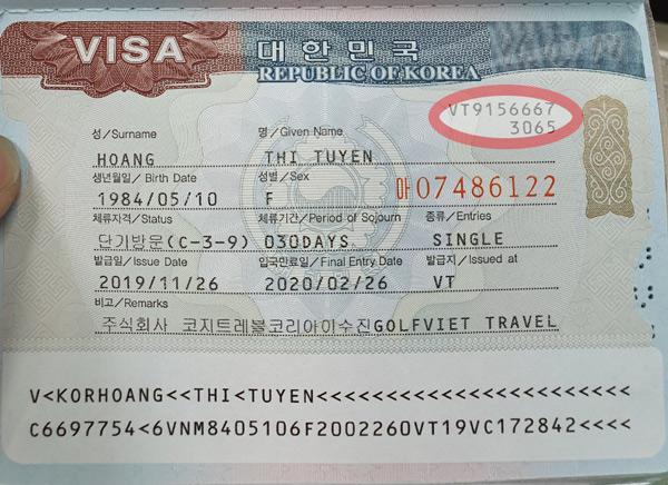 Vị trí số thẻ trên visa Hàn nằm ở gốc phải phía trên như hình