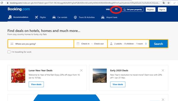 Đầu tiên, truy cập website Booking.com, chọn ngôn ngữ là tiếng Anh
