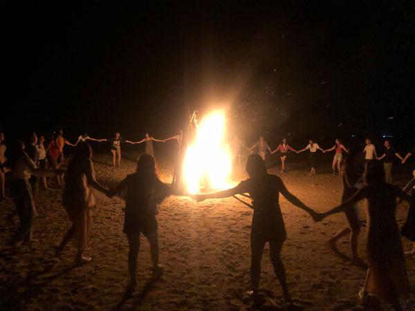 Điều tạo nên sự bất ngờ thú vị nhất là đêm lửa trại