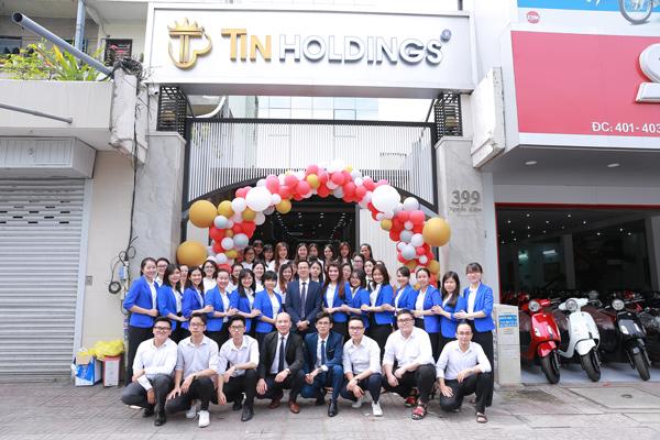 Toàn thể cán bộ nhân viên công ty Việt Uy Tín tham gia lễ khai trương